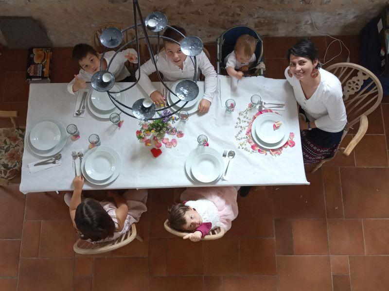 Így játszunk a Karantén kaland-téren: ünnepi asztal, bújócska, családi fényképek és legendák